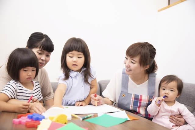 活動する子どもと保育士