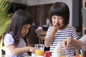 手掴み食べをする女の子
