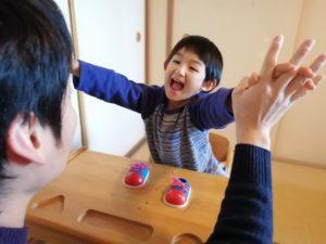 手を広げて喜ぶ子ども