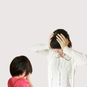 泣く子に頭を抱える母